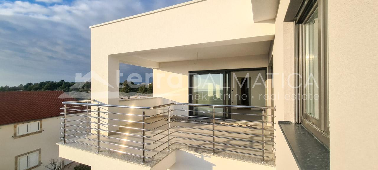 Primosten - comfortable apartment with sea view-covered terrace