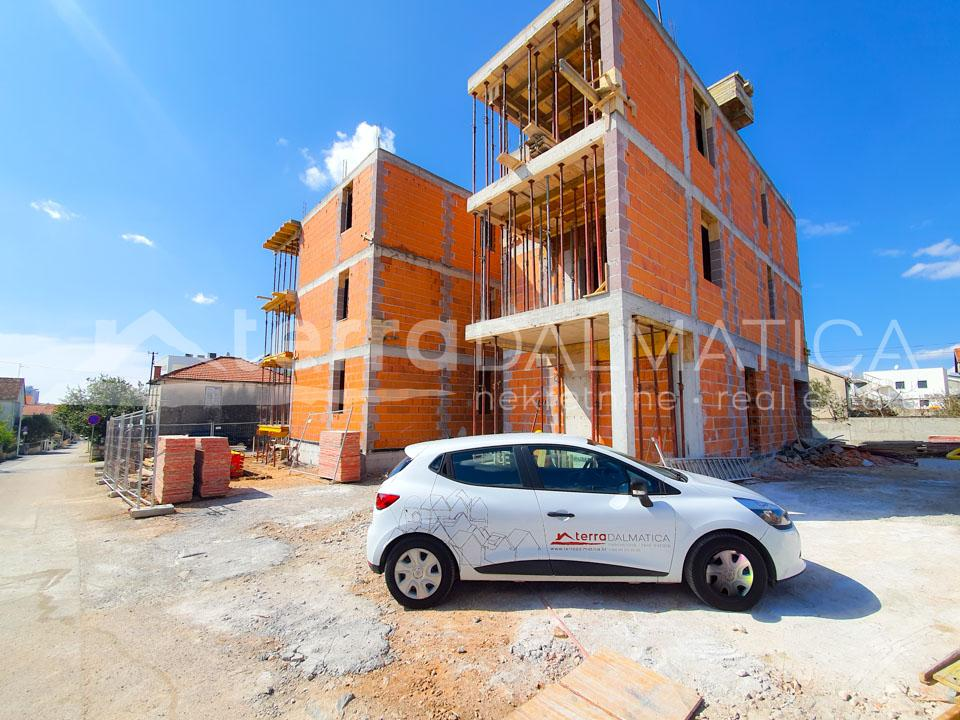 Vodice, apartment in a new building in the center - building